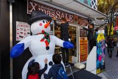La tienda del japonés se prepara para la Navidad Imagen de archivo libre de regalías