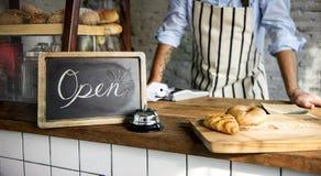 La tienda del pan cuece la panadería de la harina de la pasta imagen de archivo