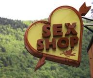 La tienda del sexo firma adentro a Brasov Rumania Imagen de archivo libre de regalías