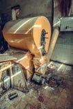 La tienda destruida y abandonada de la fábrica, termina lío y desolati imagen de archivo