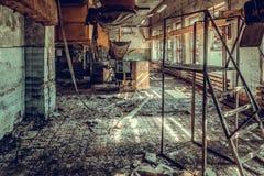 La tienda destruida y abandonada de la fábrica, termina lío y desolati fotografía de archivo libre de regalías