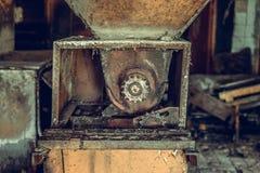 La tienda destruida y abandonada de la fábrica, termina lío y desolati fotos de archivo libres de regalías