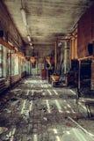 La tienda destruida y abandonada de la fábrica, termina lío y desolati foto de archivo libre de regalías