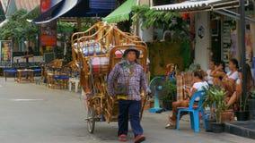 La tienda en las ruedas está montando a lo largo de la calle de Tailandia en una motocicleta, Pattaya almacen de video