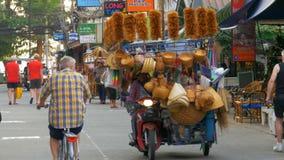 La tienda en las ruedas está montando a lo largo de la calle de Tailandia en una motocicleta, Pattaya almacen de metraje de vídeo