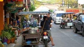 La tienda en las ruedas está montando a lo largo de la calle de Tailandia en una motocicleta, Pattaya metrajes