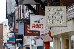 La tienda firma adentro Chester, Inglaterra Foto de archivo libre de regalías