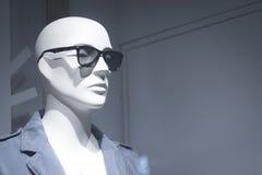 La tienda simulada de la moda de la tienda viste el maniquí fotografía de archivo