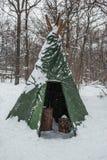 La tienda turística fijó en un campo nevoso del invierno Imágenes de archivo libres de regalías