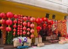 La tienda vende diversas linternas por Año Nuevo chino Fotografía de archivo