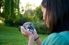 La tierra asiática de la muchacha excepto el ambiente recicla Foto de archivo