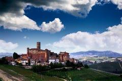 La tierra de vinos - Castiglione Falletto foto de archivo