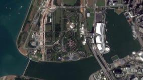 La tierra enfoca en enfoque fuera de jardines por la bahía Singapur almacen de video
