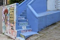 ` La-tierra S DE quien La-frabaja` graffiti op een gebouw in de Opdrachtbuurt van San Francisco ` s stock foto