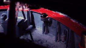 La tige du ` s de bateau casse des vagues et elles éclatent avec éclabousse sur la plate-forme Nuit profonde Hiver sur la mer bal banque de vidéos
