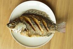 La Tilapia del Nilo o el niloticus de Oreochromis frió en plato Fotografía de archivo libre de regalías