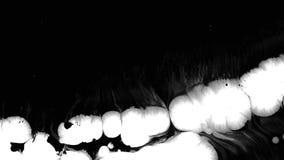 La tinta blanca cae sobre fondo de pantalla negro mojado metrajes