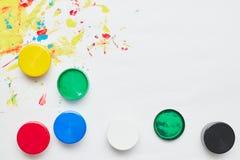 La tinta de los ni?os para dibujar en un fondo blanco, pinturas del finger, impresiones de la mano fotografía de archivo libre de regalías