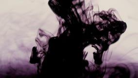 La tinta oscura abstracta aislada en un fondo blanco parece la extensión de la enfermedad Concepto de extensión del virus metrajes