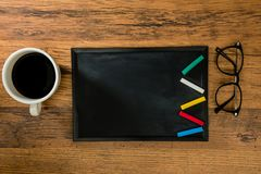 La tiza coloreada se coloca en una forma del relámpago fotografía de archivo libre de regalías