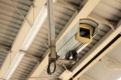 La télévision en circuit fermé à l'aéroport lient la station de train Photo libre de droits