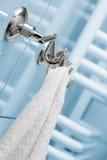 La toalla cuelga en una percha Foto de archivo