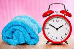 La toalla y el vintage azules registran en fondo rosado Imagen de archivo
