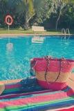 La toalla y los accesorios del baño acercan a la piscina Fotos de archivo libres de regalías