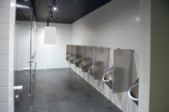 La toilette degli uomini pubblici Tutto è fatto di metallo fotografia stock libera da diritti