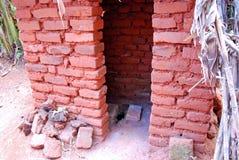 La toilette esterna di povero cottage in Pomerini in Tanzania Fotografia Stock