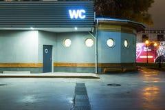 La toilette pubblica è libera per ognuno nel parco sera fotografia stock