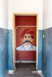 La toilette pubblica degli uomini firma dentro il parco della toilette della strada principale Fotografia Stock Libera da Diritti