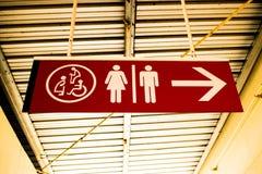 La toilette rossa firma dentro il tetto fotografie stock libere da diritti