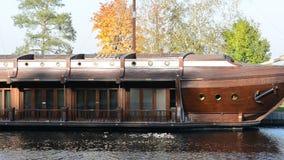 La toma panorámica del nave-restaurante del galeón en Mezhigirya metrajes