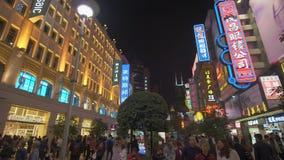la toma panorámica 4k tiró de gente en la calle de las compras del camino de Nanjing en Shangai almacen de video