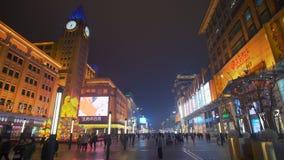 la toma panorámica 4k tiró de gente en la calle de las compras de Wangfujing en Pekín metrajes
