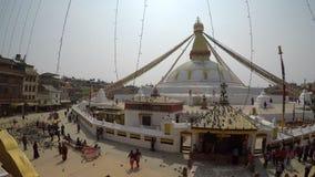 La toma panorámica tiró del stupa de Boudhanath en Katmandu, Nepal almacen de video