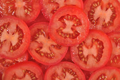La tomate découpe le fond en tranches Photos stock