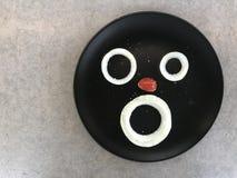 La tomate d'oignon et de raisin ressemble au visage humain Photos libres de droits