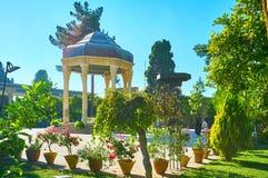 La tomba del poeta in giardino verde, Shiraz, Iran fotografia stock libera da diritti