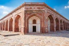La tomba di Humayun di giorno con cielo blu sui precedenti Immagine Stock