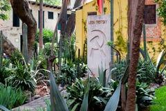 La tomba di Leon Trotsky alla casa in cui ha vissuto in Coyoacan, Città del Messico fotografia stock