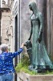 Tomba di Liliana Crociati de Szaszak ed il suo cane immagini stock libere da diritti