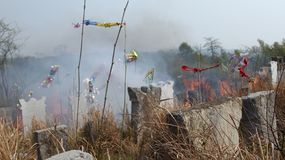La tombe dans la campagne chinoise photo stock