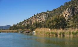 La tombe de roche et la rivière dalyan chez Dalyan, Turquie images stock
