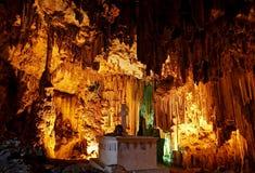 La tombe sous les stalactites énormes en caverne de Melidoni Photographie stock