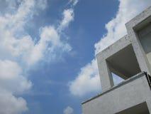 La top-esquina de un llano pero del edificio ofrecido todavía miraba debajo del cielo imagen de archivo
