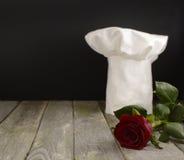 La toque du chef avec la rose 2 de rouge Photo libre de droits