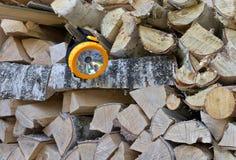 La torcia elettrica è su legna da ardere Fotografia Stock Libera da Diritti