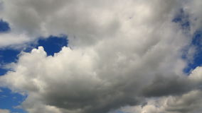 La tormenta blanca de las nubes del timelapse del cielo está viniendo metrajes